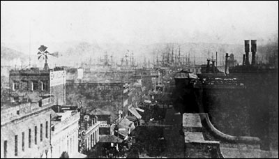 The court was located at 640 Clay Street (left side), San Francisco, from 1874 to 1881. In the background are the masts of ships anchored in the bay.